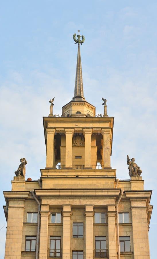 Gratte-ciel dans le style néoclassique dans StPetersburg image libre de droits