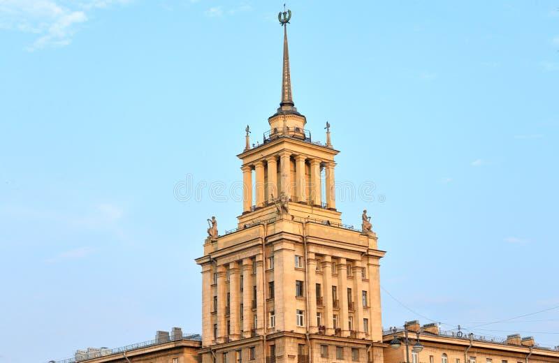 Gratte-ciel dans le style néoclassique dans StPetersburg photographie stock libre de droits