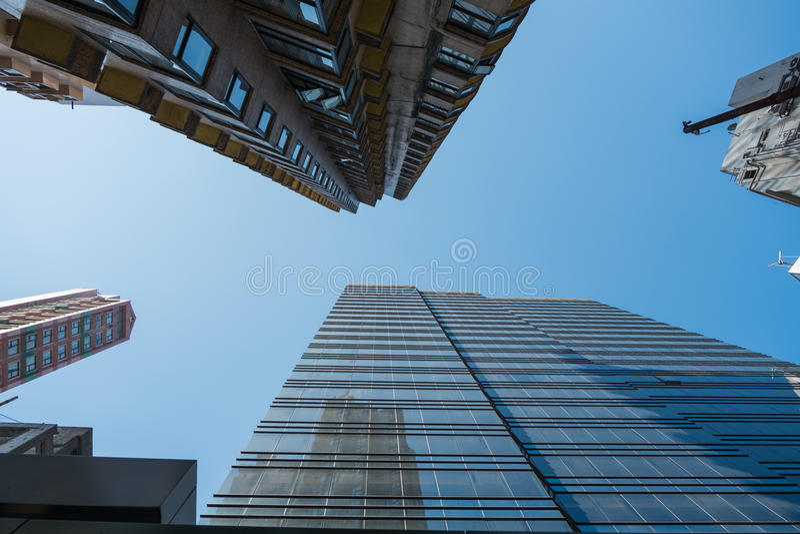 Gratte-ciel de Hong Kong dans le ciel lumineux image libre de droits
