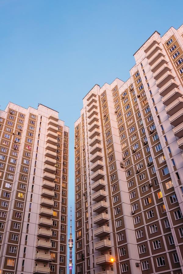 Gratte-ciel de Moscou avec Ostankino entre eux photographie stock