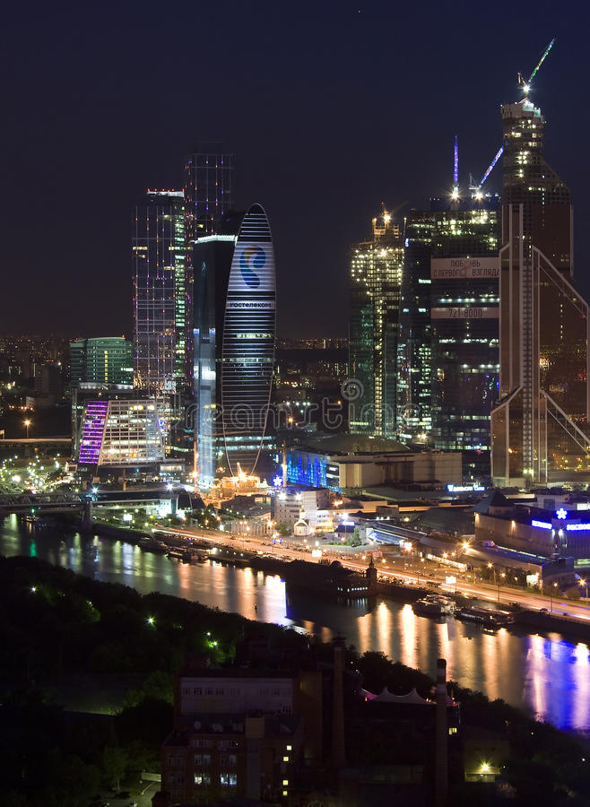 Gratte-ciel de nuit de ville de Moscou images stock