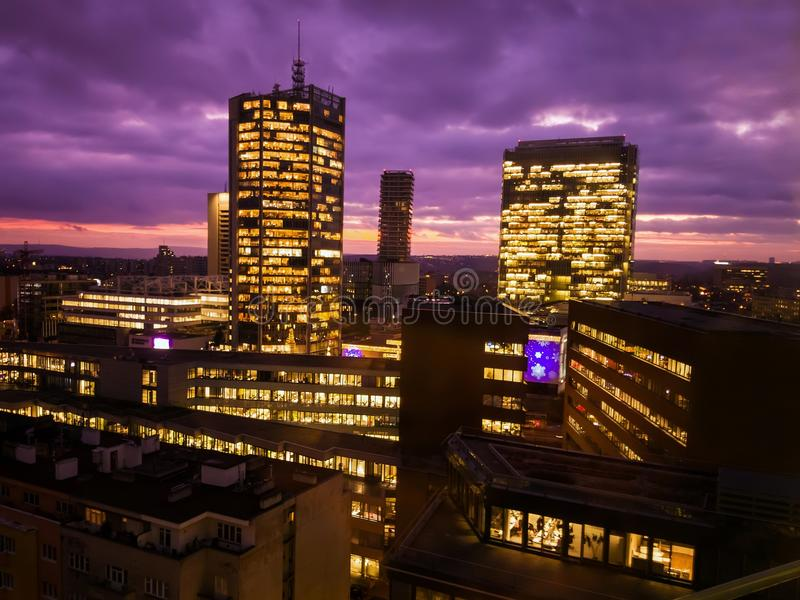 Gratte-ciel de Prague en heure bleue avec le ciel pourpre Architecture moderne de bureau images stock