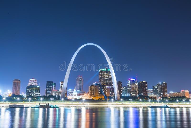 Gratte-ciel de St Louis la nuit avec la réflexion en rivière, St Louis photographie stock libre de droits