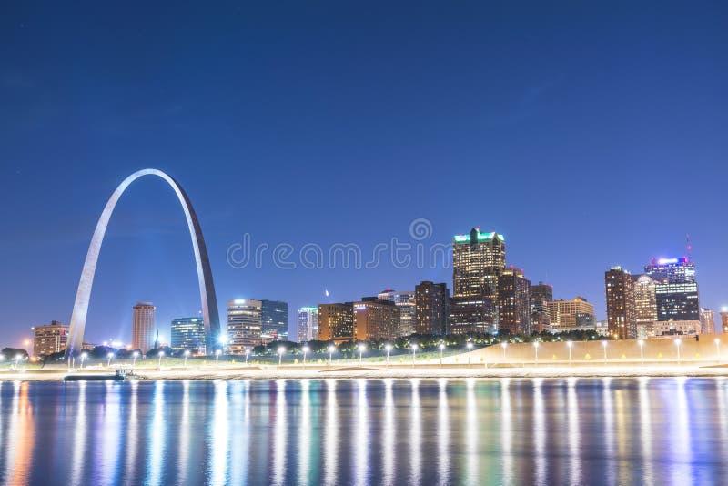 Gratte-ciel de St Louis la nuit avec la réflexion en rivière, St Louis image libre de droits