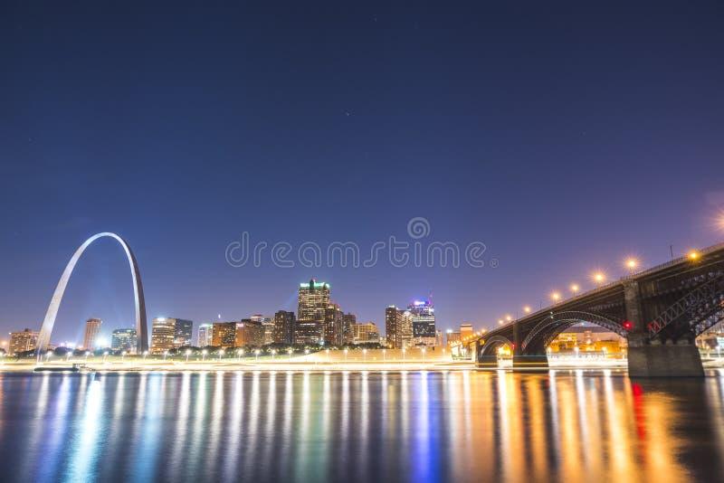 Gratte-ciel de St Louis la nuit avec la réflexion en rivière, St Louis photos stock