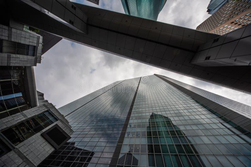 Gratte-ciel de Tokyo vers le haut de haut photographie stock