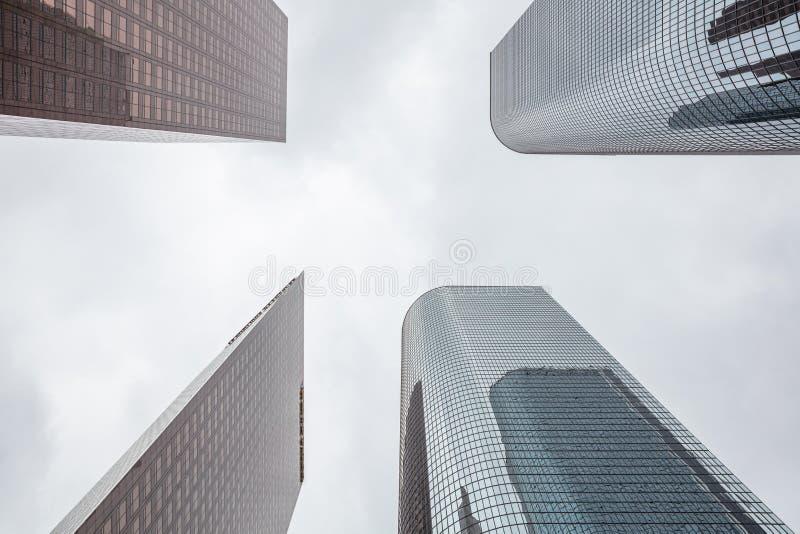Gratte-ciel de ville de Los Angeles, fond de ciel nuageux photo libre de droits