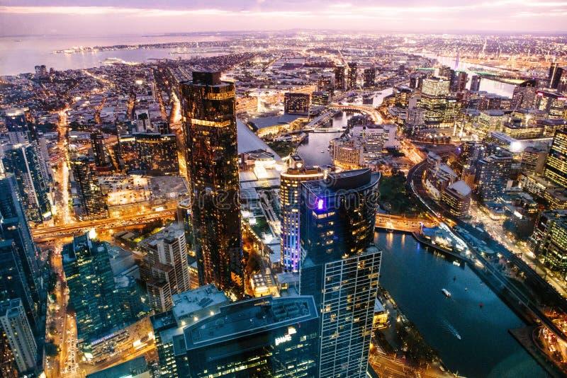 Gratte-ciel de vue de nuit photographie stock libre de droits
