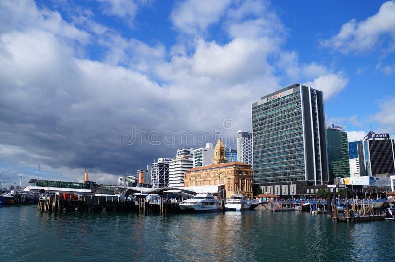 Gratte-ciel du centre de bord de mer de ville d'Auckland photographie stock libre de droits