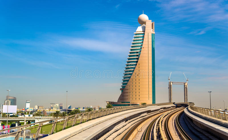 Gratte-ciel et métro à Dubaï photo stock