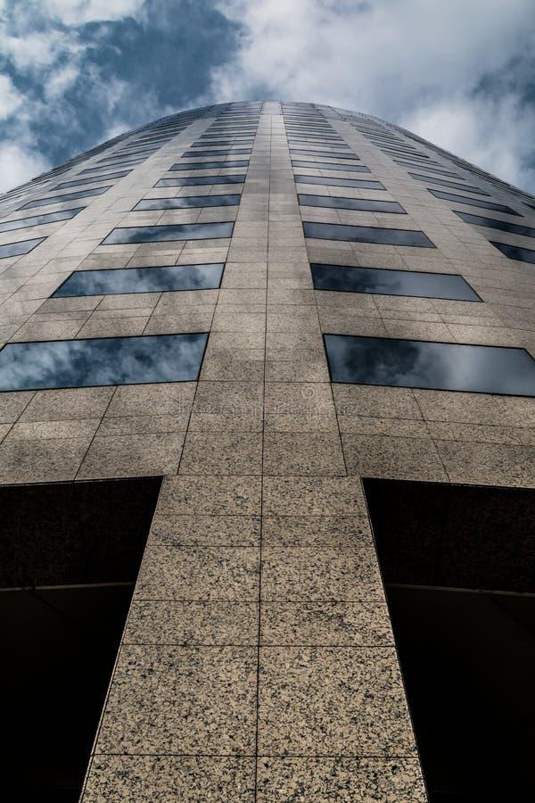 Gratte-ciel et nuages modernes d'immeuble de bureaux photos libres de droits