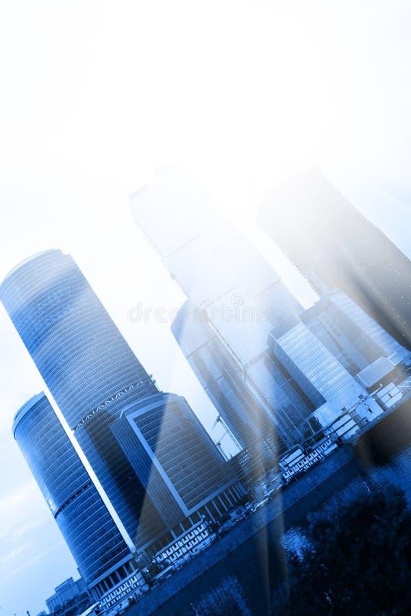 Gratte-ciel et soleil photographie stock libre de droits