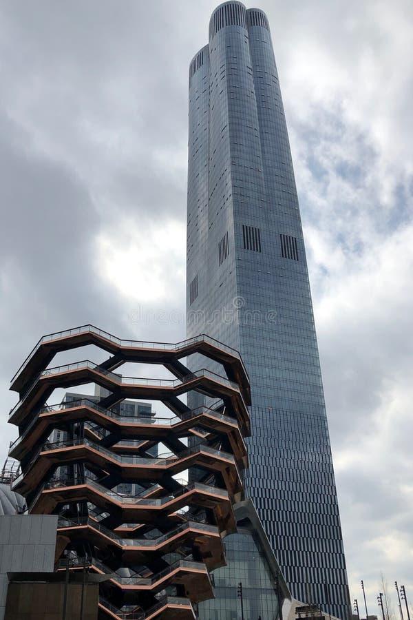Gratte-ciel et structure comme un nid d'abeilles en Hudson Yards, New York City photographie stock libre de droits