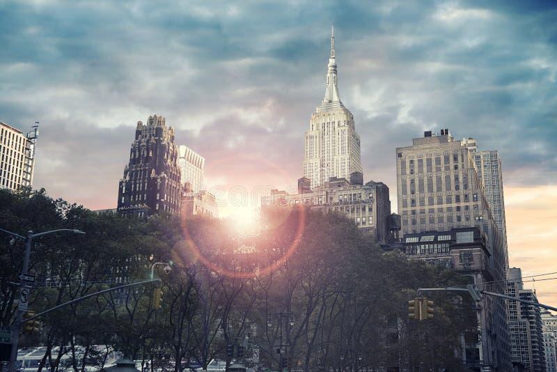 Gratte-ciel grand à New York City, lever de soleil à l'arrière-plan photo stock