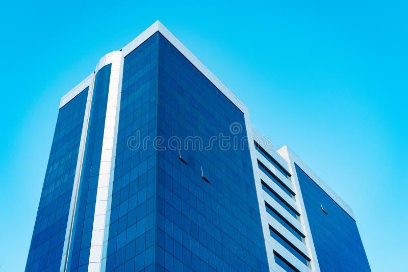 Gratte-ciel grand moderne d'affaires avec le sort de vitraux contre le ciel bleu - image photo libre de droits
