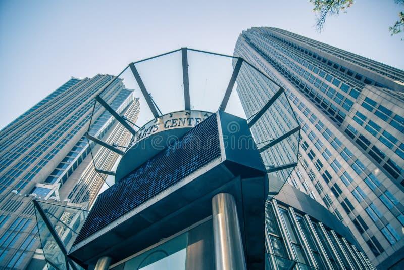 Gratte-ciel grands à Charlotte de la ville haute près de perforation blumenthal photo stock