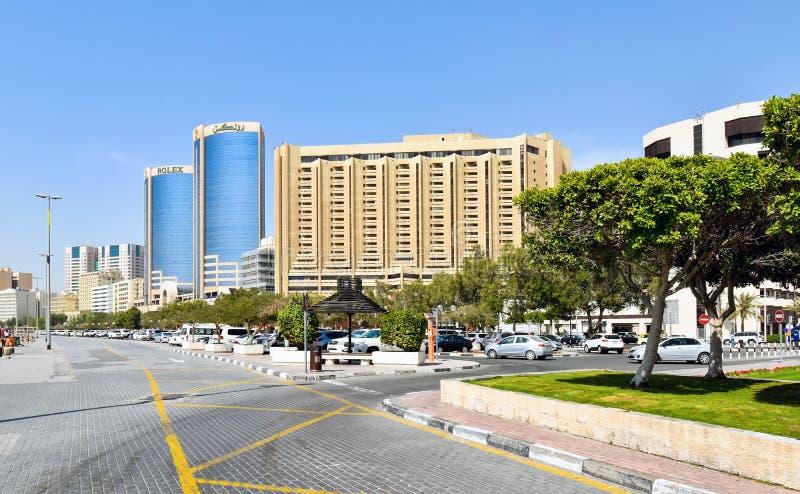 Gratte-ciel le long de The Creek à Dubaï aux Emirats Arabes Unis photos libres de droits