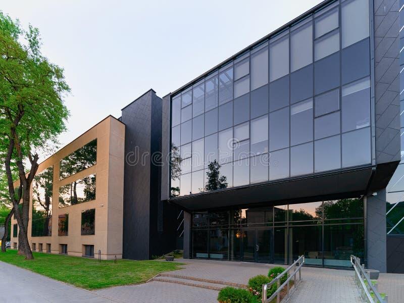 Gratte-ciel moderne d'immeuble de bureaux d'entreprise constituée en société d'entrée photo libre de droits