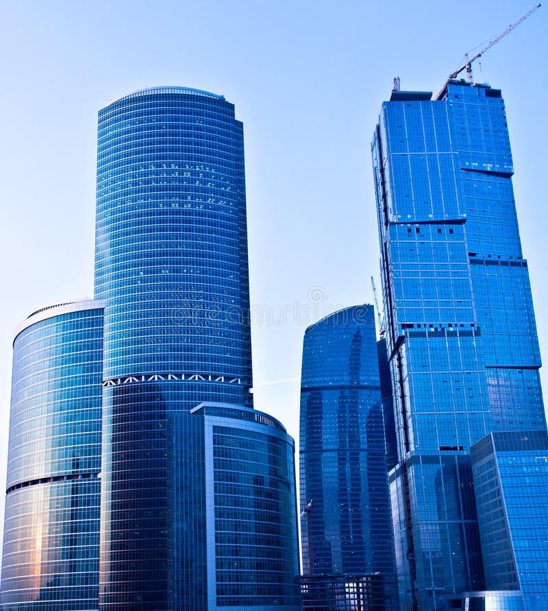 Gratte-ciel modernes bleus au centre d'affaires photo libre de droits