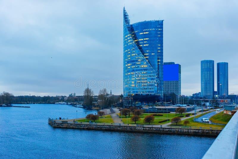 Gratte-ciel modernes d'affaires de bureau à la rivière de dvina occidentale à Riga images stock