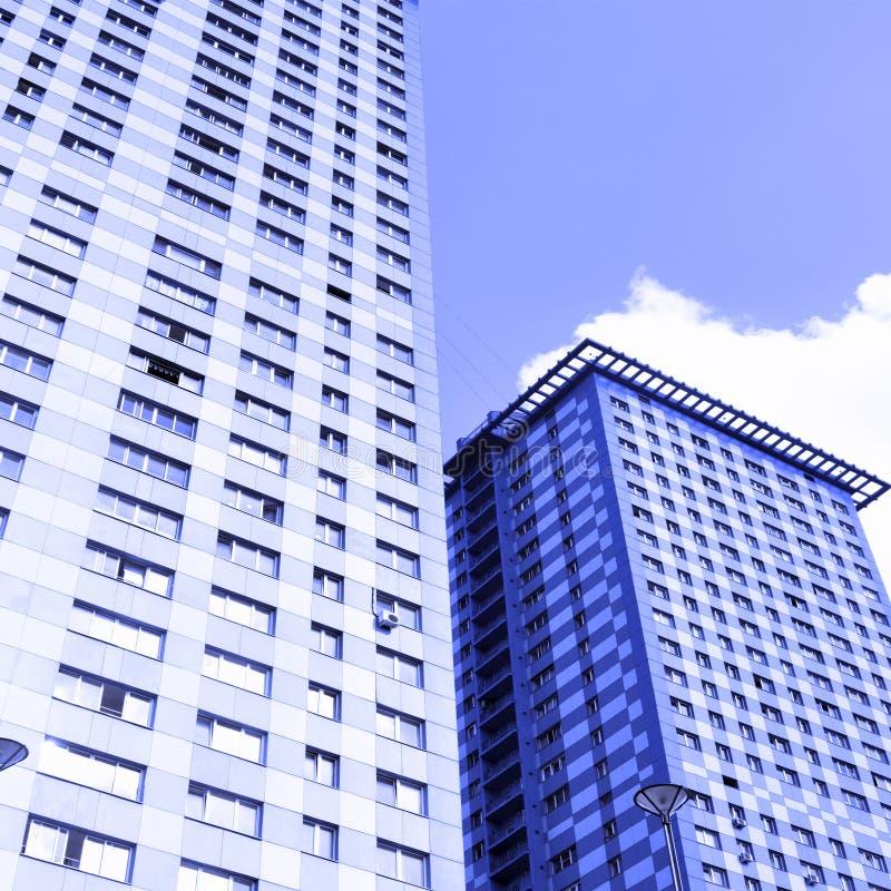 Gratte-ciel modernes d'appartement image libre de droits
