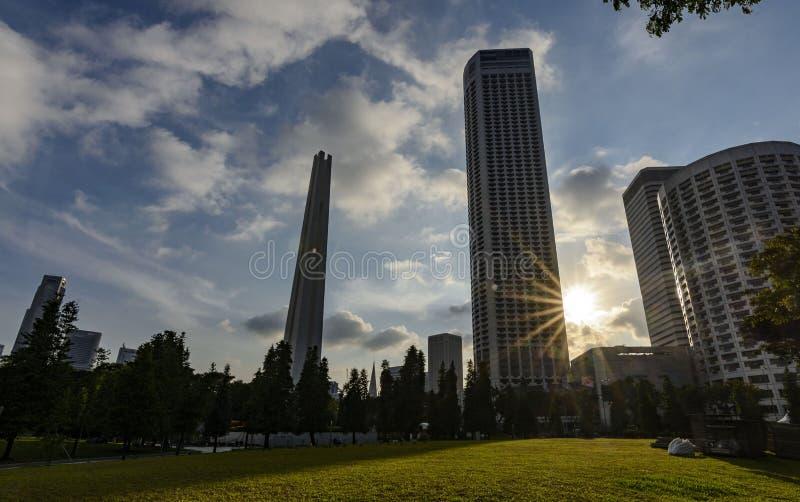 Gratte-ciel modernes pendant le coucher du soleil images libres de droits