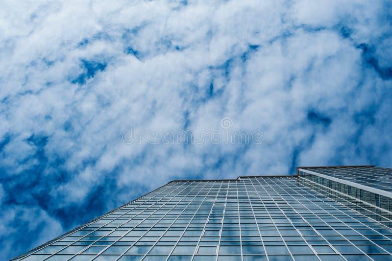 Gratte-ciel pour le local commercial sur le fond en verre de construction de ciel photos stock