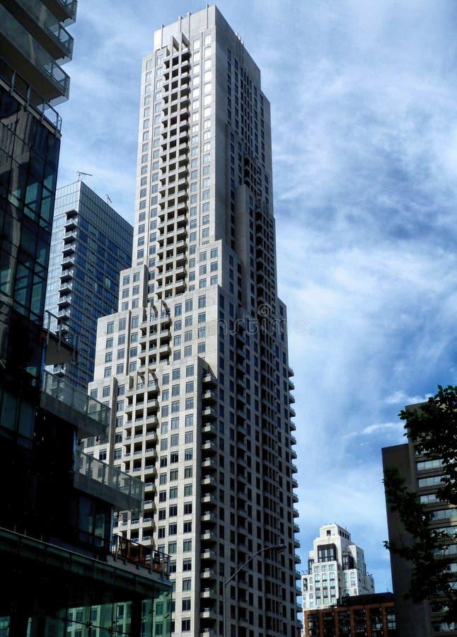 Gratte-ciel résidentiel dans l'environnement urbain photo libre de droits