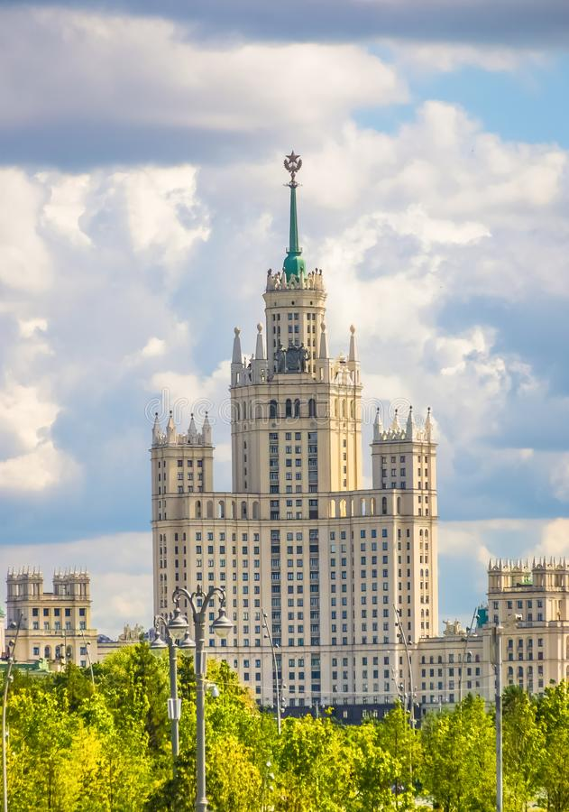 Gratte-ciel russe, gratte-ciel stalinien à Moscou, construction hôtelière en Ukraine. Bâtiment de plusieurs étages de Staline images libres de droits
