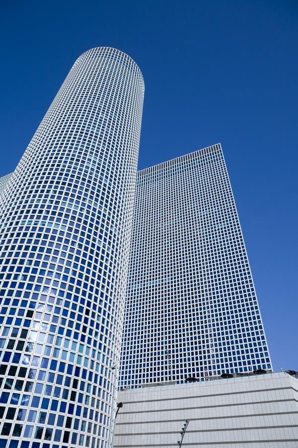 Gratte-ciel sous le ciel bleu photo libre de droits