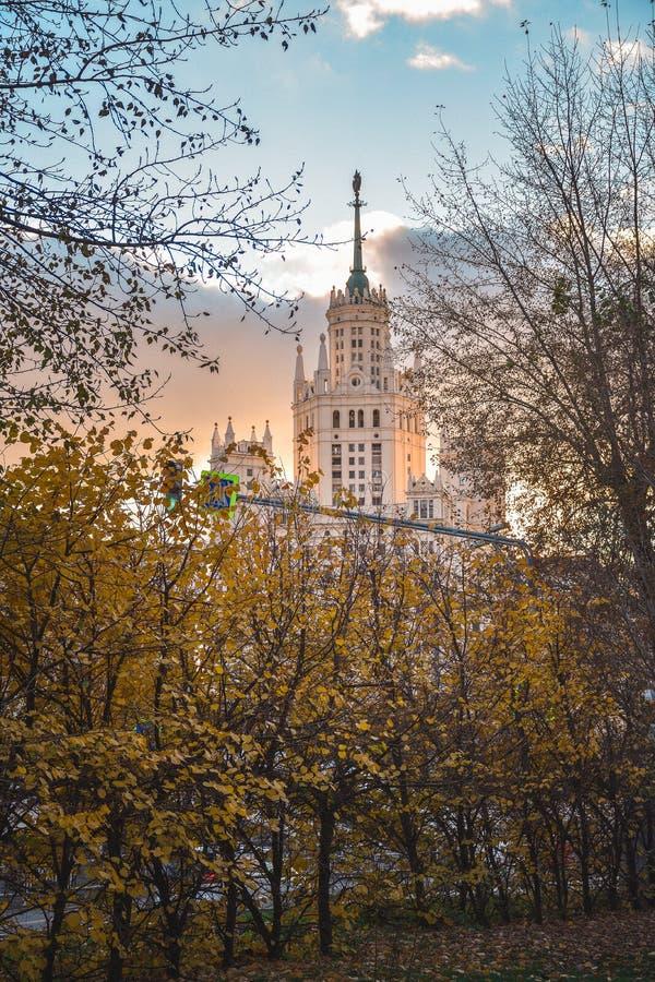 Gratte-ciel staliniste par les arbres d'automne au coucher du soleil photo stock