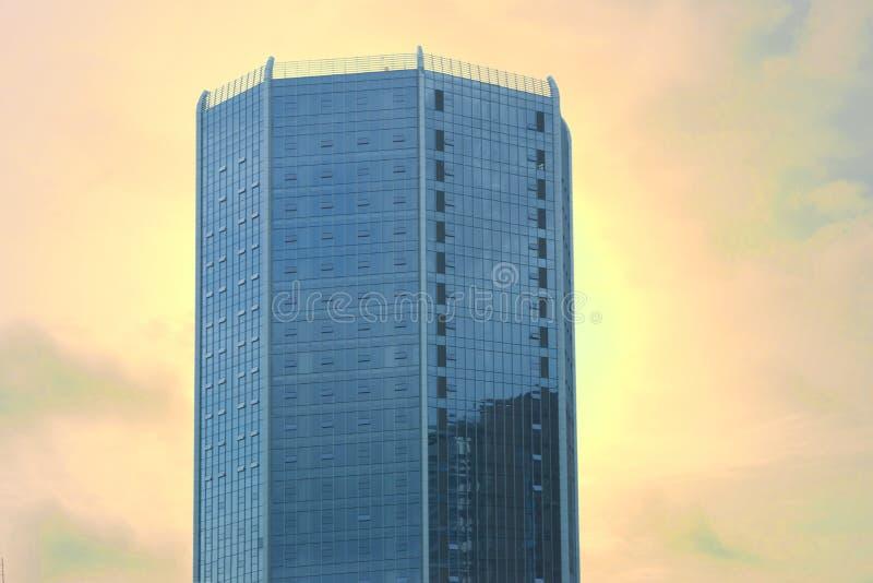 Gratte de ciel ou condo sur fond de ciel orange photo libre de droits