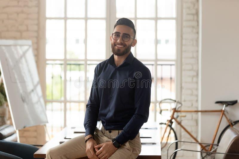 Grattis på en ung affärsman, kreativ kontorschef som tittar på kameran, porträtt royaltyfri bild