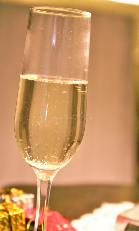 Grattis på nytt år med champagneglas som väntar midnatt och tittar royaltyfria foton
