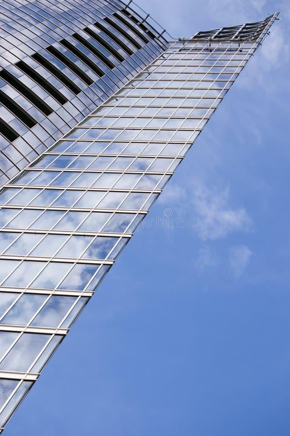 Grattoir de ciel sur le ciel bleu images stock