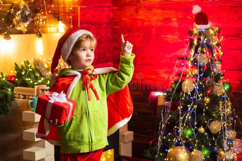 Gratulationer f?r dig din denna familj jul Glad jul och lyckligt nytt ?r Gullig pojkelek för litet barn nära royaltyfri foto