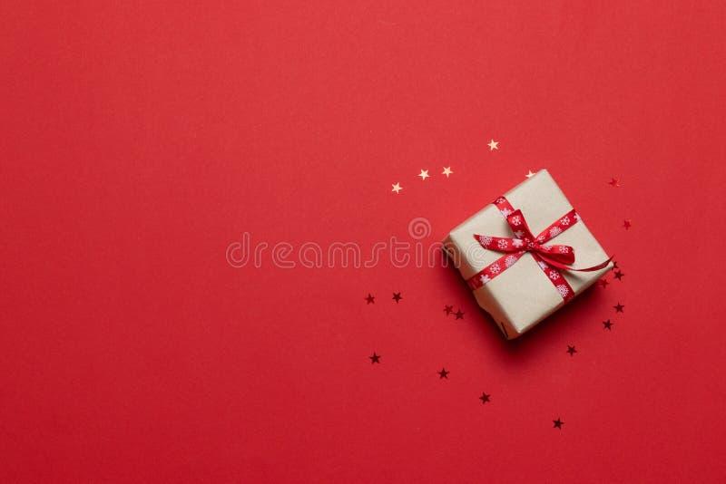 Gratulationskarte mit Geschenk oder Geschenkbox, Konfetti auf rotem Tisch Flat-Laienzusammensetzung zum Geburtstag, Muttertag, fr lizenzfreie stockfotos
