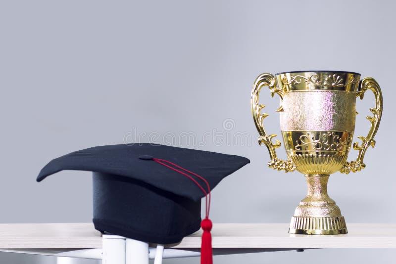 Gratulera kandidaten Trofé och svart hatt på bakgrund fotografering för bildbyråer