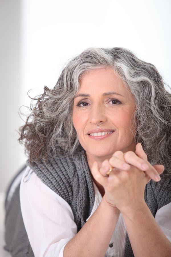 Grauhaarige Frau, Die In Der Hand Zeichen Lokalisiert Auf