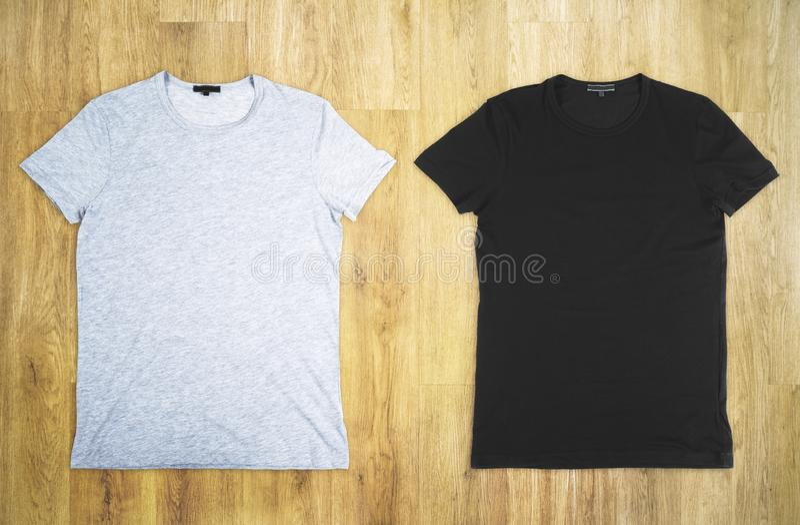 Grau und schwarzes T-Shirt lizenzfreies stockfoto