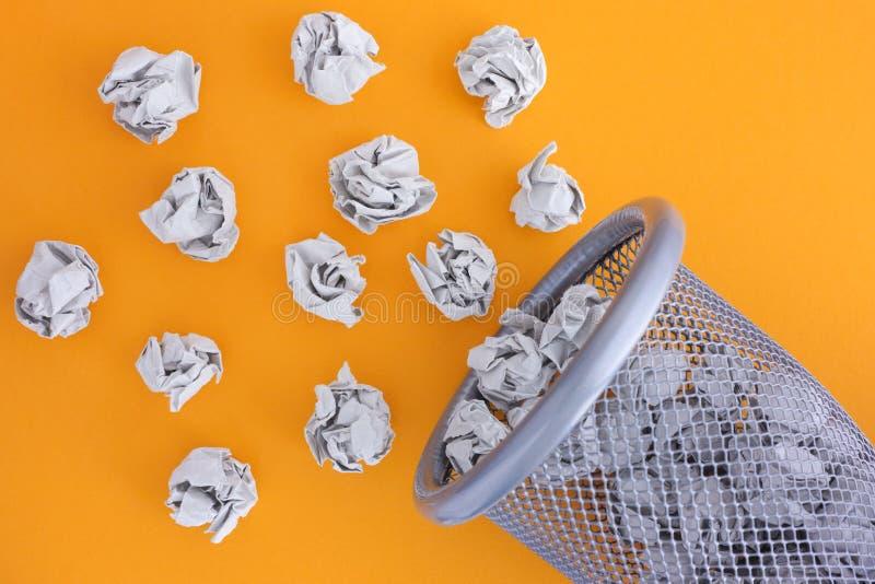 Grau zerknitterte die Papierballbereitstellung eines Abfalleimers lizenzfreie stockfotos
