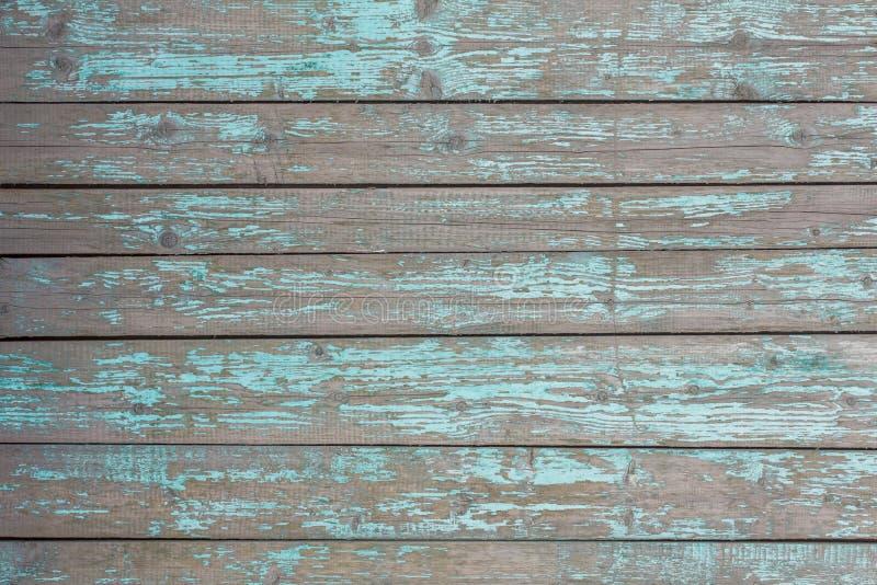 Graue alte Zaunwand von hölzernen Planken mit dem blauen Türkis, welche Farbe und Sprüngen abzieht Horizontale Linien Raue Oberfl stockbilder
