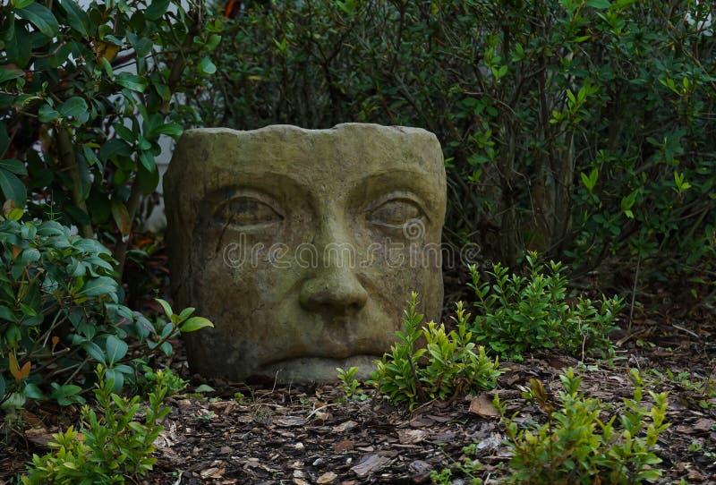 Graue asiatische Gartensteinstatue stockfotos