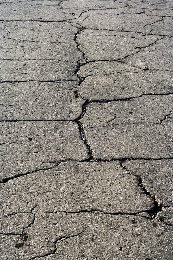 Graue Asphaltstraße-Oberflächenbeschaffenheit mit Spalt stockbilder