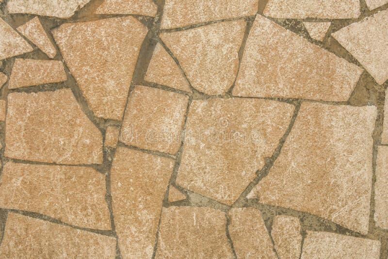Graue defekte Stücke eines schmutzigen weißen Rosas des Keramikziegels im Zement raues Oberflächenbeschaffenheitsmosaik stockfoto