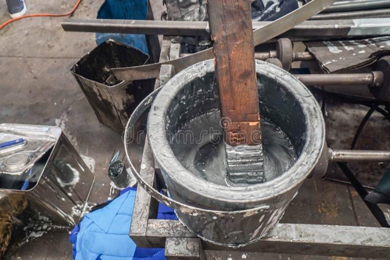 Graue Farbfarbe im Eimer für Stahlmalerei lizenzfreies stockfoto