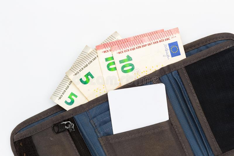 Graue Geldbörse mit Eurobanknoten und leerer Kreditkarteschablone stockfotos