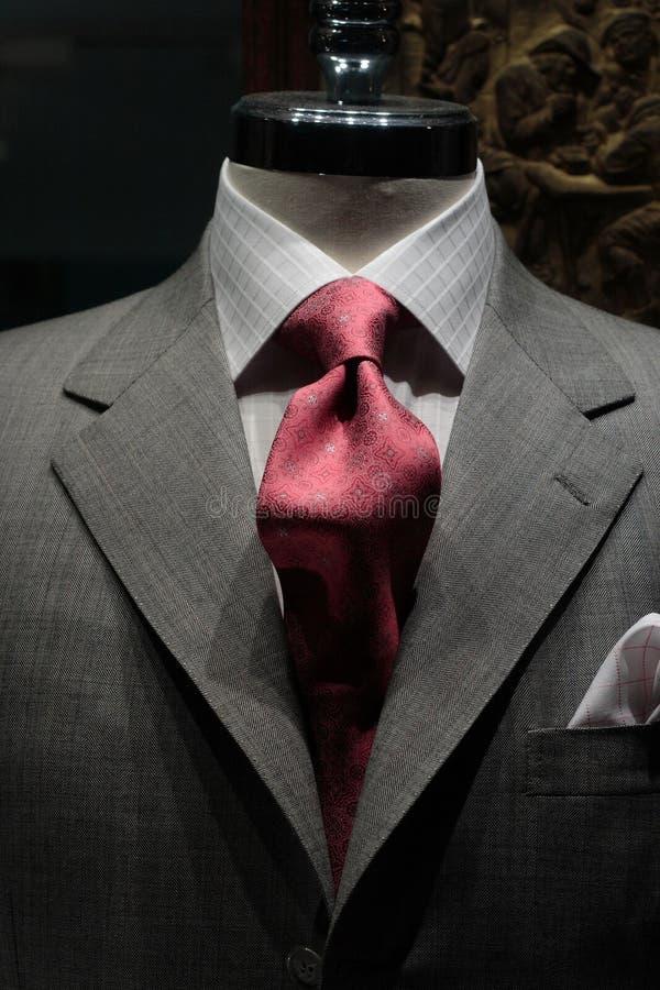 Graue Jacke mit roter Gleichheit stockbilder