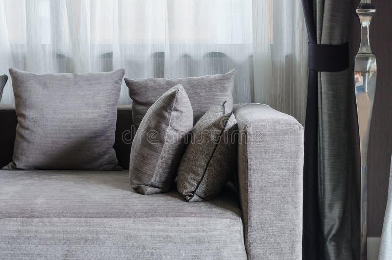 Graue kissen auf modernem sofa im wohnzimmer stockfoto - Graue couch wohnzimmer ...