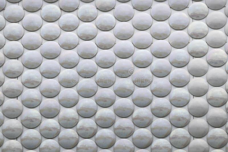 Graue Kreise in einer silbernen Oberfläche stockfotos